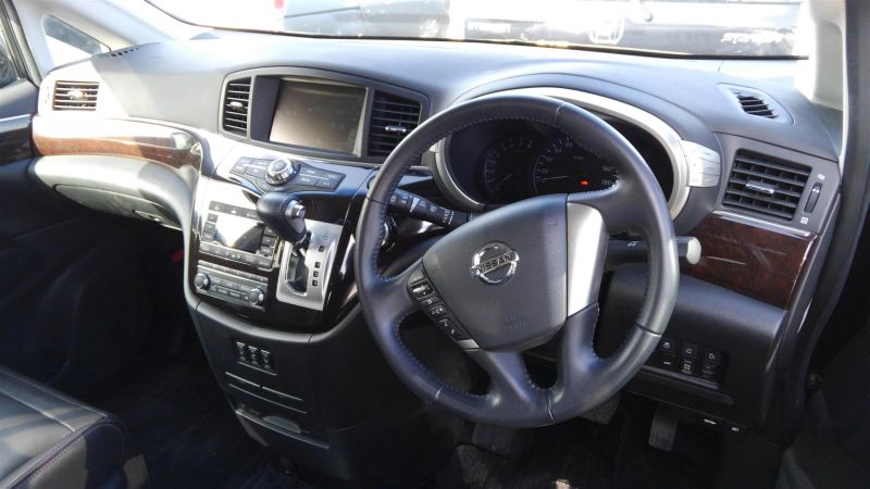 2011 Nissan Elgrand Highway Star Premium 350 4WD black steering wheel