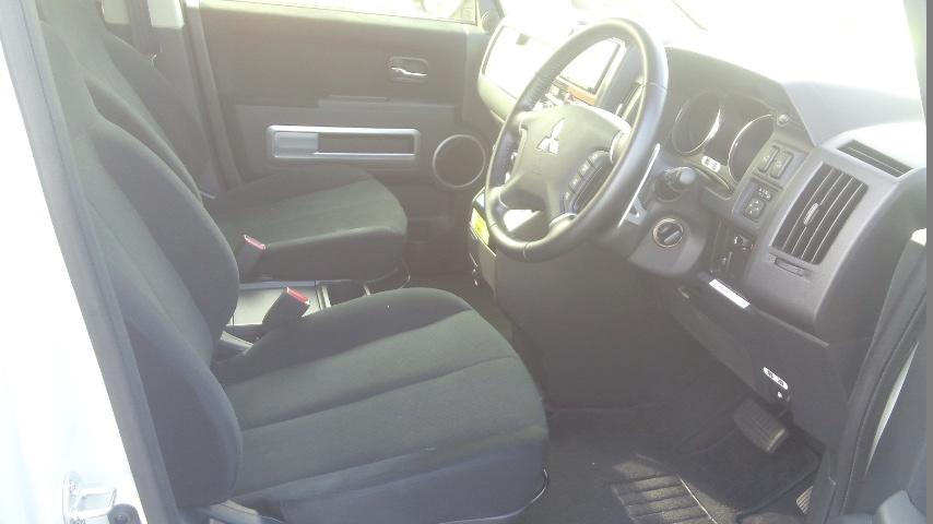 2016-Mitsubishi-Delica-D5-diesel-CV1W-4WD-front-seat-2