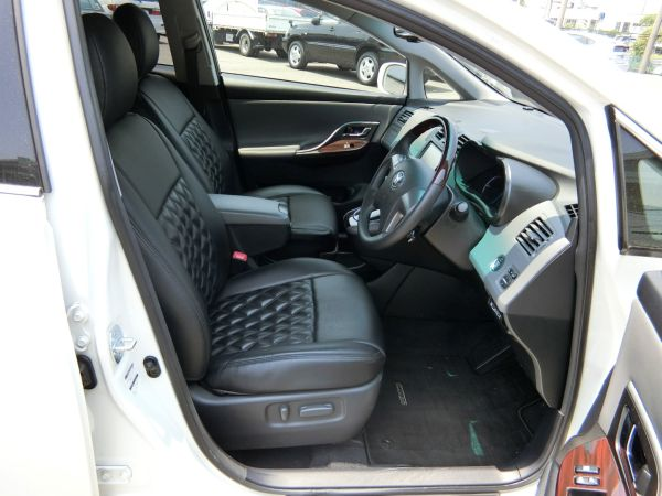 2011 Toyota Mark X Zio 350G Wagon front seats 9