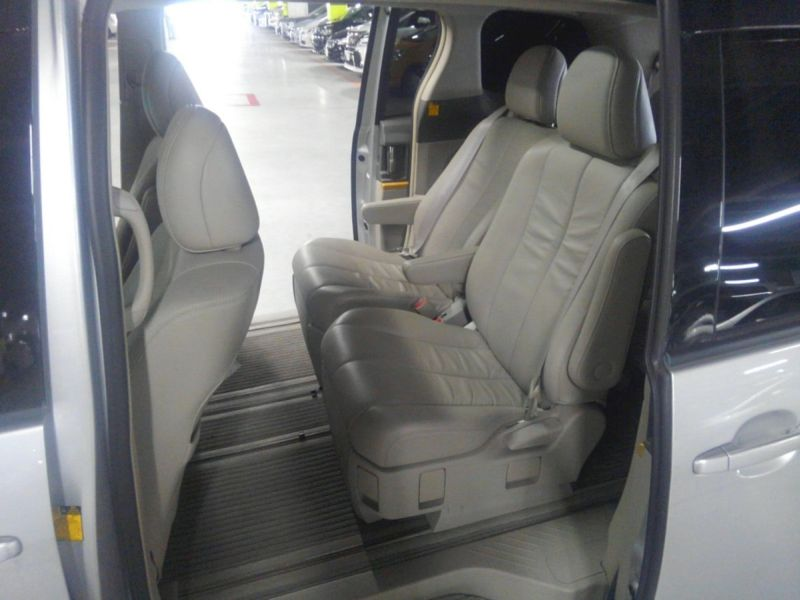 2008 Toyota Estima 4WD 7 seater interior 4