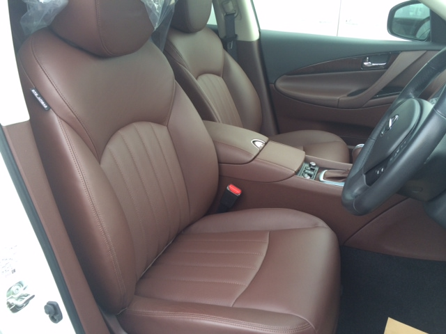 2013 Nissan Skyline Crossover 370GT Premium front seats