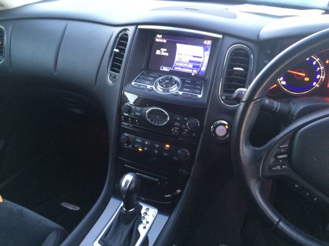 Nissan Skyline Crossover 370GT 2WD centre console