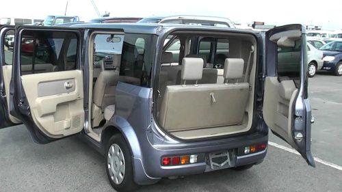Nissan Cube Z11 doors open