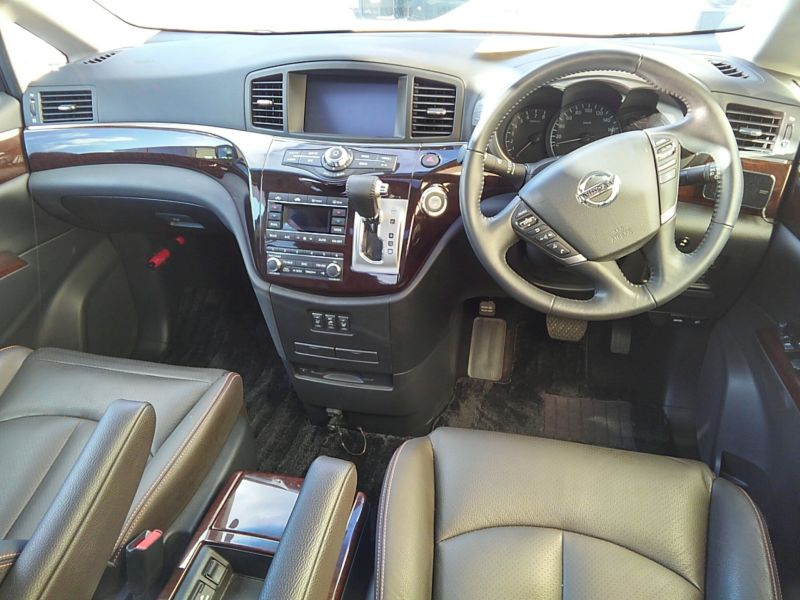 2011-nissan-elgrand-highway-star-350-4wd-1