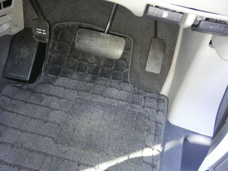 2003 Nissan Elgrand E51 Highway Star 2WD pedals