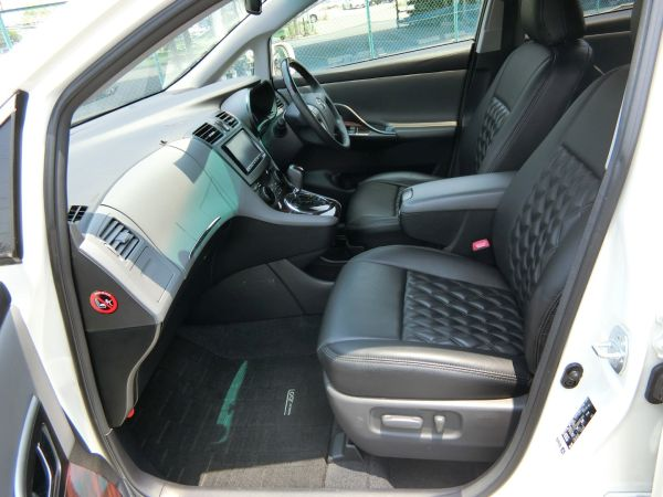 2011 Toyota Mark X Zio 350G Wagon front seats