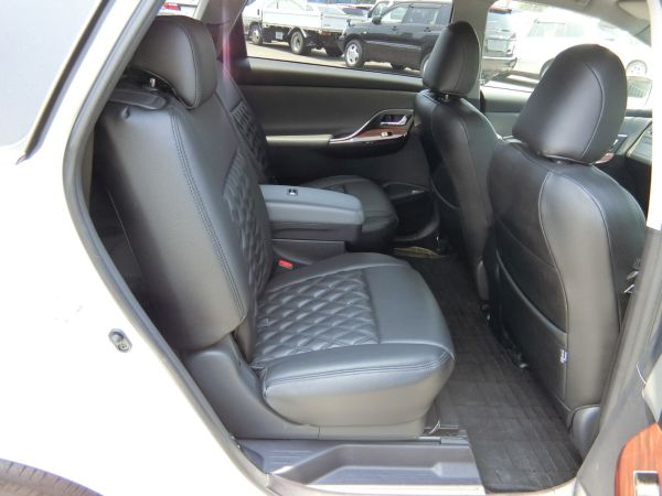 2011 Toyota Mark X Zio 350G Wagon rear seats 7