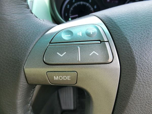 2011 Toyota Mark X Zio 350G Wagon steering buttons