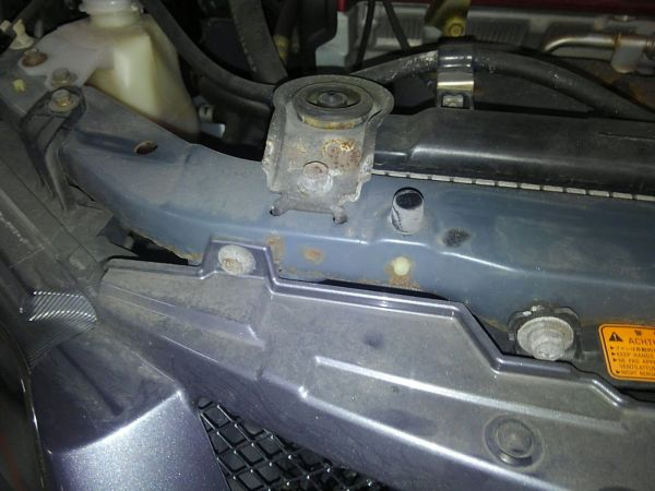 2004 Mitsubishi Lancer EVO 8 MR radiator support rust