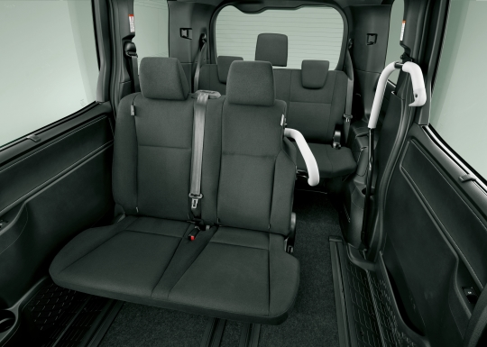 Toyota Esquire Hybrid interior 1