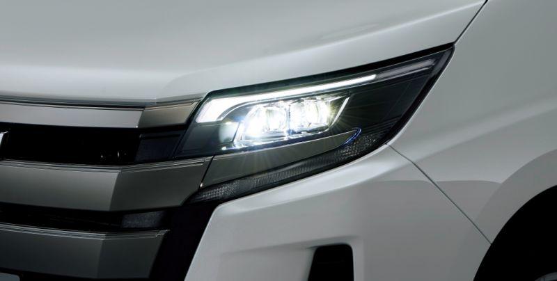 Toyota Noah Hybrid 12