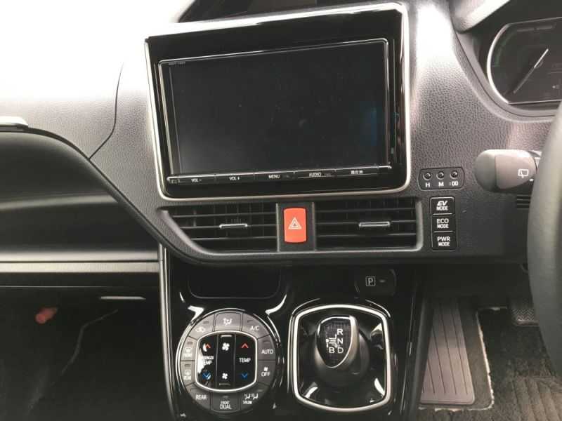 2016 Toyota Noah Hybrid 16