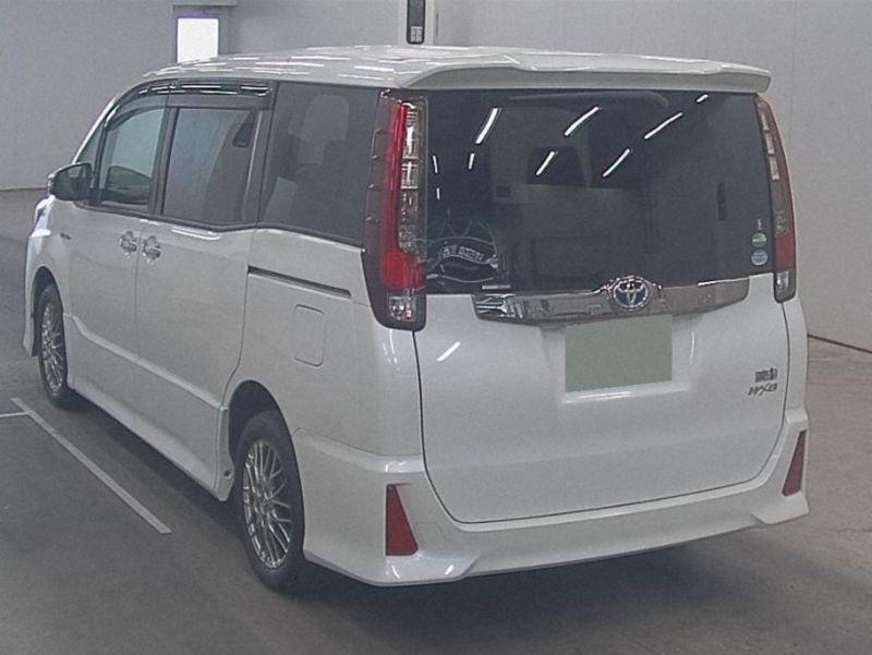2016 Toyota Noah Hybrid 19