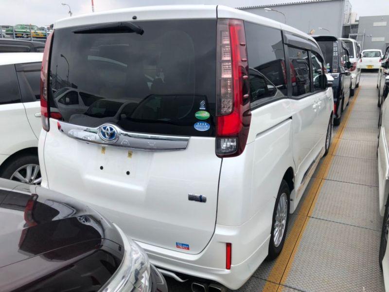 2014 Toyota Noah Hybrid G 19
